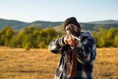 Jager met jachtgeweerkanon op jacht De jachttoestel - de Jachtvoorraden en Materiaal stock foto