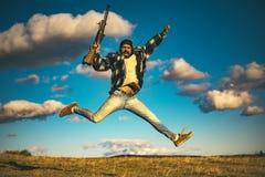 Jager met jachtgeweerkanon op jacht Gekke jager op hemelachtergrond royalty-vrije stock fotografie