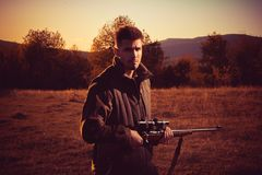 Jager met jachtgeweerkanon op jacht Onwettige Jagende Stroper in het Bos stock afbeelding