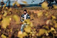 Jager met jachtgeweerkanon op jacht Stroper die met Geweer ??n of andere Deers bevlekken Onwettige Jagende Stroper in het Bos royalty-vrije stock foto