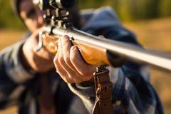 Jager met jachtgeweerkanon op jacht Vat van een kanon Spoor neer De jachttoestel - de Jachtvoorraden en Materiaal royalty-vrije stock foto's