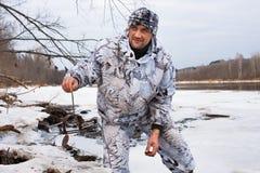 Jager met legholdval in de winter royalty-vrije stock fotografie