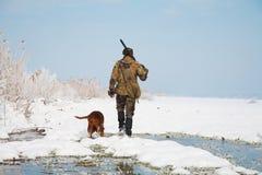 Jager met zijn jachthond tijdens een jacht royalty-vrije stock foto