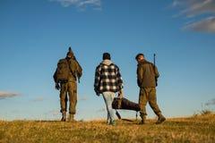 Jagers met jachtgeweerkanon op jacht De jachttoestel - de Jachtvoorraden en Materiaal De jacht zonder grenzen stock fotografie