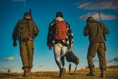 Jagers met jachtgeweerkanon op jacht De jacht in Rusland stock foto