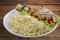 Jaglana owsianka z kurczakiem, zalewami i warzywami, zdjęcie stock