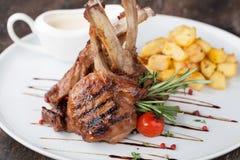 Jagnięcego kotlecika posiłek z grulą Zdjęcia Stock