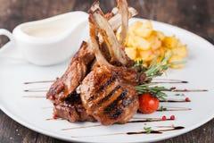 Jagnięcego kotlecika posiłek z grulą Zdjęcie Royalty Free