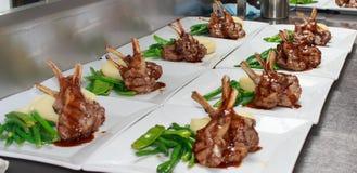 Jagnięcy Cutlets z breją i zielenie dla funkcja cateringu Fotografia Stock