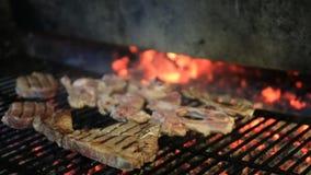 Jagnięcy kotleciki na grillu zbiory wideo