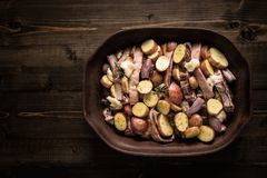 Jagnięcy Loin kotleciki, warzywa Przygotowywający dla Piec i obraz stock