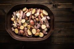 Jagnięcy Loin kotleciki z warzywami w Nieociosanym Glinianym naczyniu Przygotowywającym dla Piec obrazy royalty free