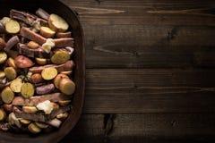 Jagnięcy Loin kotleciki z warzywami w Nieociosanym Glinianym naczyniu Przygotowywającym dla Piec zdjęcie stock