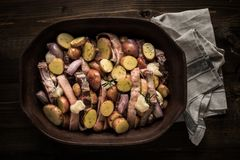 Jagnięcy Loin kotleciki z warzywami w Nieociosanym Glinianym naczyniu Przygotowywającym dla Piec zdjęcie royalty free