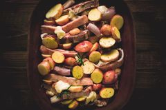 Jagnięcy Loin kotleciki z warzywami w Nieociosanym Glinianym naczyniu Przygotowywającym dla Piec obraz royalty free