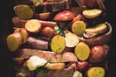 Jagnięcy Loin kotleciki z warzywami w Nieociosanym Glinianym naczyniu Przygotowywającym dla Piec zdjęcia royalty free