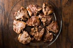 Jagnięcy mięsa w szklanym pucharze na ciemnej drewnianej powierzchni Zdjęcie Stock