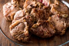 Jagnięcy mięsa w szklanym pucharze na ciemnej drewnianej powierzchni Obrazy Stock