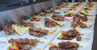 Jagnięcy Skewers dla funkcja cateringu Zdjęcie Royalty Free
