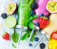 Jagoda i owoc smoothie w butelkach, zdrowy lata detox yogur obrazy stock