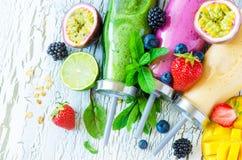 Jagoda i owoc smoothie w butelkach, zdrowy lata detox yogur fotografia stock