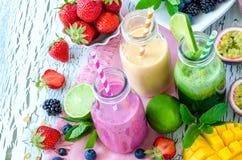 Jagoda i owoc smoothie w butelkach, zdrowy lata detox yogur zdjęcia royalty free