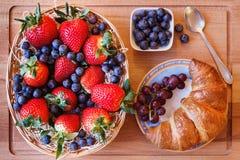 Jagodowa mieszanka z croissant i łyżką Obraz Royalty Free