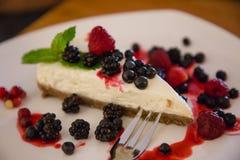 Jagodowy cheesecake z jagodami na talerzu zdjęcia stock