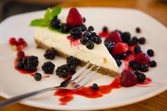 Jagodowy cheesecake z jagodami na talerzu zdjęcie royalty free
