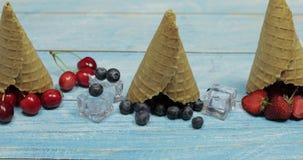 Jagodowy i owocowy lody Czarna jagoda, truskawka, wiśnia w gofra rożku zdjęcie wideo
