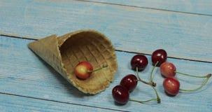 Jagodowy lody Jagody wiśnia w gofrze na błękitnym drewnianym tle zbiory