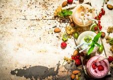 Jagodowy smoothie robić od rodzynków, agrestów i malinek z dokrętkami, Zdjęcie Stock
