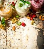 Jagodowy smoothie robić od rodzynków, agrestów i malinek z dokrętkami, Obrazy Stock