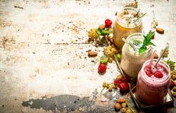 Jagodowy smoothie robić od rodzynków, agrestów i malinek z dokrętkami, Zdjęcia Royalty Free
