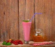 Jagodowy smoothie, rodzynki, agresty i miód, Zdjęcie Royalty Free