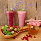 Jagodowy smoothie, rodzynki, agresty i miód, Zdjęcia Stock