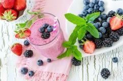 Jagodowy smoothie, zdrowy lata detox jogurtu napój, dieta lub weganin, Fotografia Royalty Free