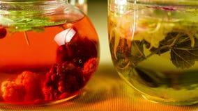 Jagodowy ziołowej herbaty piwowarstwa proces w filiżance, teapot pije zdrowego Czasu upływ 4K zdjęcie wideo