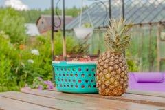 Jagody ananasowy jedzenie i stół Zdjęcie Royalty Free