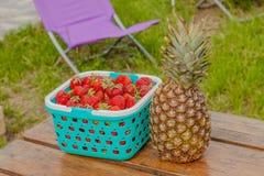Jagody ananasowy jedzenie i stół Fotografia Royalty Free