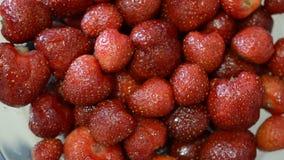 Jagody dojrzałe czerwone truskawki w talerzu zbiory