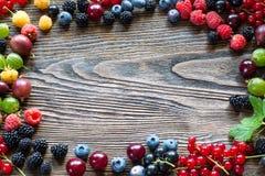 Jagody na Drewnianym tle Lata lub wiosny Organicznie Jagodowy ove Zdjęcie Royalty Free