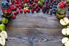 Jagody na Drewnianym tle Lata lub wiosny Organicznie Jagodowy ove Obraz Stock