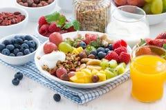 Jagody, owoc, dokrętki i granola na talerzu, Fotografia Royalty Free