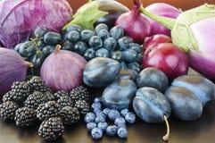 Jagody, owoc i warzywo na czarnym tle Obraz Stock