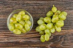 Jagody winogrono w pucharze i wiązka winogrono Zdjęcia Royalty Free