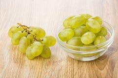 Jagody winogrono w szklanym pucharze i wiązka winogrono Obrazy Royalty Free