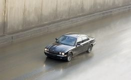 Jaguar britânico luxuoso do carro no movimento de alta velocidade Fotos de Stock Royalty Free