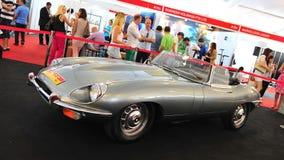 Jaguar-de e-Type klassieke open tweepersoonsauto op vertoning tijdens het Jacht van Singapore toont bij Één Graad 15 Marina Club S Stock Afbeelding