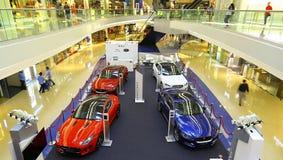 Jaguar-de Landroverauto toont bij het winkelcomplex van de festivalgang, Hongkong Stock Afbeeldingen